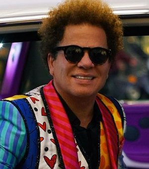 [Vídeo] Dona de restaurante quebra obra de Romero Britto na frente do artista