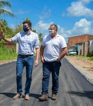 Prefeito vistoria obras do Nova Maceió no Village Campestre II