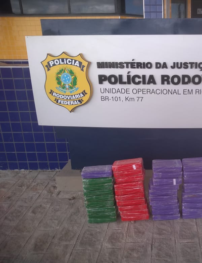 [Vídeo] PRF apreende mais de 50kg de pasta base de cocaína dentro de carro